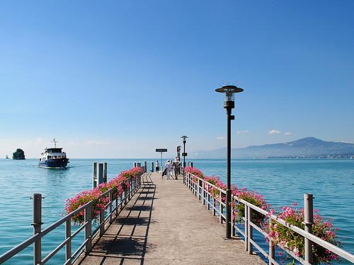 flowers lake fleurs switzerland pier boat suisse geneva perspective lac quay bateau léman quai villeneuve jetée vaud débarcadère géraniums