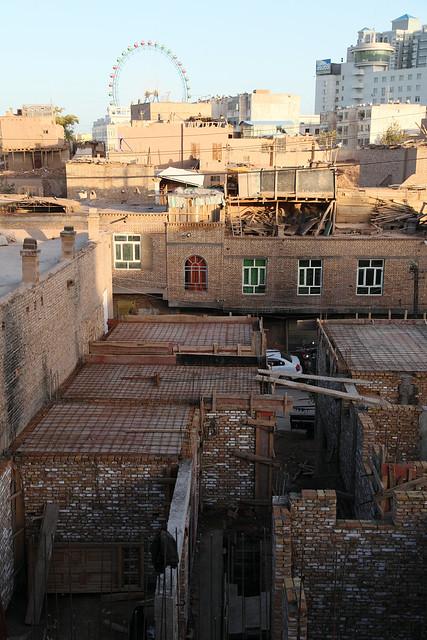 カシュガル旧市街と観覧車