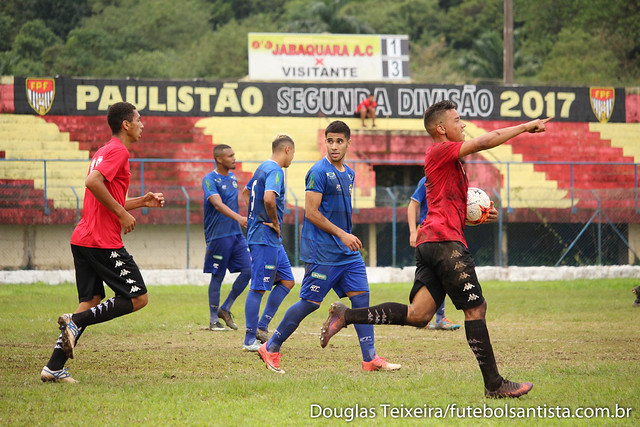 Raphael Oliveira corre para comemorar primeiro gol marcado pelo Real Cubatense diante do São José E.C., em partida válida pelo Campeonato Paulista da Segunda Divisão, vencida pela Águia do Vale por 3 a 2
