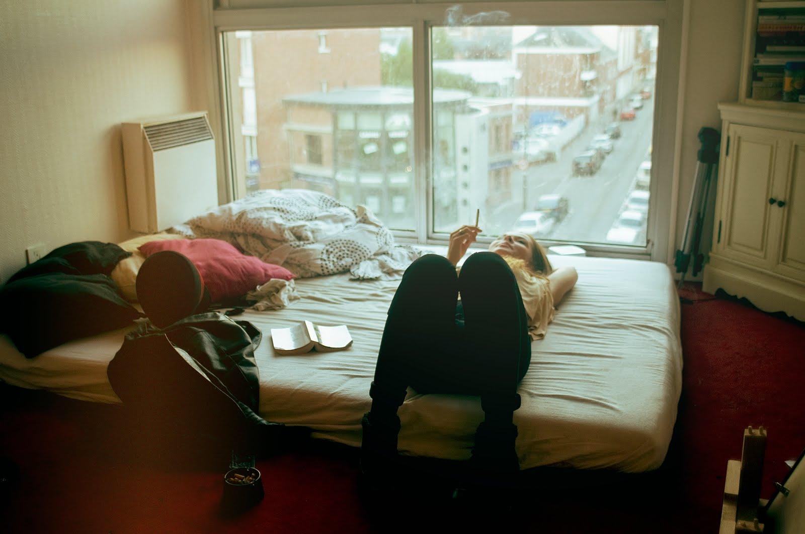 Girls девочки девушки читают книги с котиками на кровати кур.