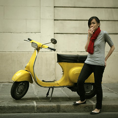 Yellow Vespa oleh middle-child