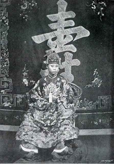 La majesté Thanh Thai, roi d'Annam et du Tonkin, en costume de cérémonie