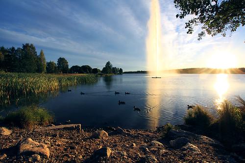 blue sunset sky lake water fountain birds canon finland landscape evening raw sigma flare chilly 1020 järvenpää starburst xsi jarvenpaa 450d timoerkkilä timoerkkila