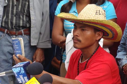 Isidro, indígena yukpa, sostiene la Constitución Nacional