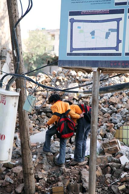 カシュガル旧市街、瓦礫の山で遊ぶ姉妹