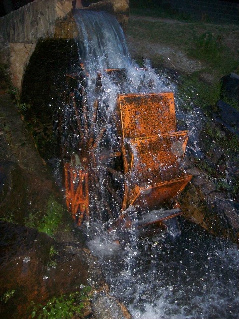 Imagen de un Molino de Agua en el Parque de la Vida de Armenia
