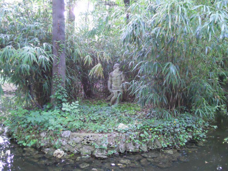 Estanque con bambú