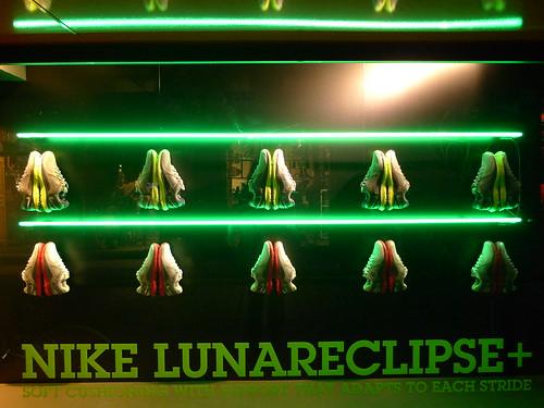 Nike toute une histoire le journal des vitrines for Miroir noir neon bible archives