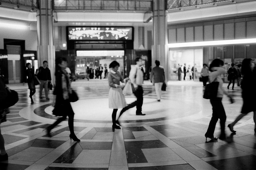 丸之內 Tokyo, Japan / Kodak TRI-X / Nikon FM2 路人與過客,這兩個差別在於是否有交流吧!  雖然最後的結果都是一樣的 ......  Nikon FM2 Nikon AI AF Nikkor 35mm F/2D Kodak TRI-X 400 / 400TX 1275-0036 2015-10-06 Photo by Toomore