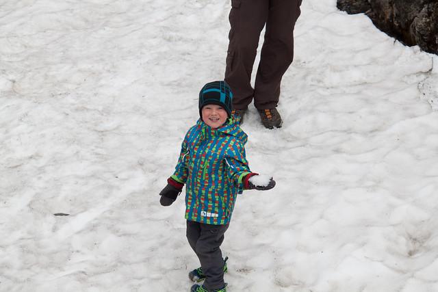 Junger Mann im Schnee