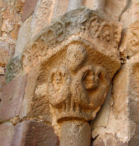 Alpanseque (Soria). Nuestra Señora de la Asunción. Aves del capitel izquierdo
