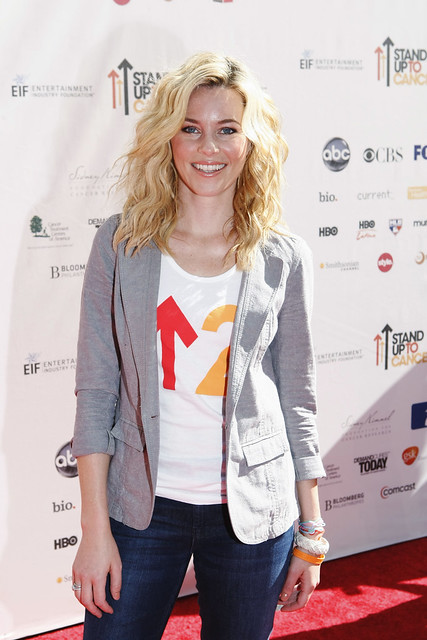 Elizabeth Banks on the red carpet at the 2010 Stand Up To Cancer Show.