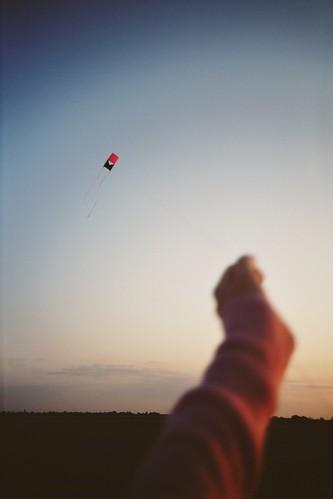 sunset summer sky kite film analog iso100 evening lomo lca lomography hand arm lomolca agfa vignette ctprecisa precisa agfact agfactprecisaiso100