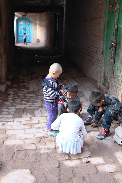 カシュガル旧市街、路地で遊ぶ子どもたち