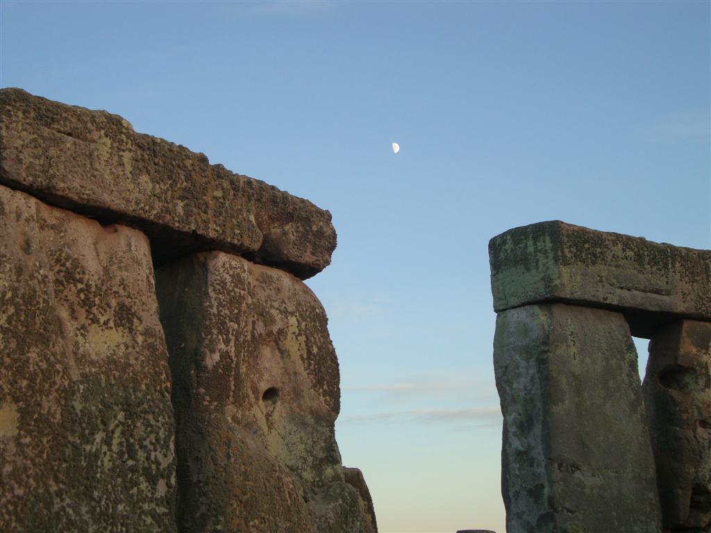 La luna, compartiendo cielo con el sol, en el día más largo del año Stonehenge - 5065766034 1b094870ab o - Stonehenge, el mágico día del Solsticio