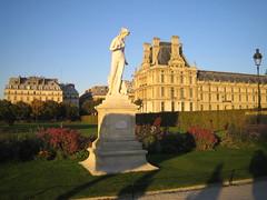 Coucher de soleil et statue au Louvre