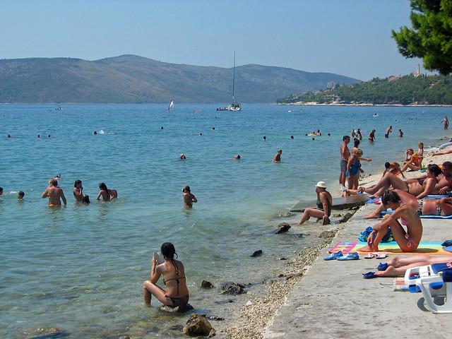 Trogir - typischer Strand mit ...