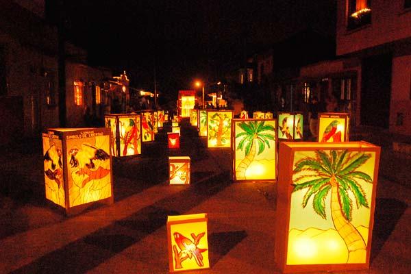 Imagen de Faroles en las calles de un barrio de Quimbaya