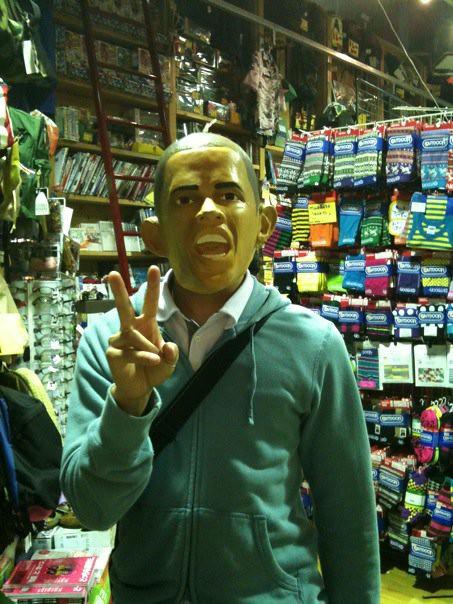 友達がお店でオバマ大統領のかぶり物を見つけた