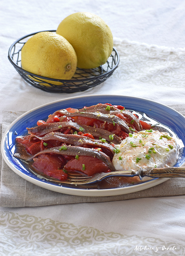Ensalada de anchoas, pimiento asado, tomate y yogur
