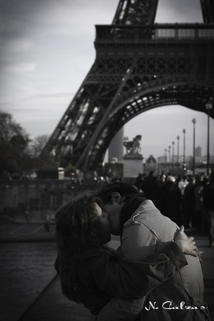 Couple kissing. Eiffel tower