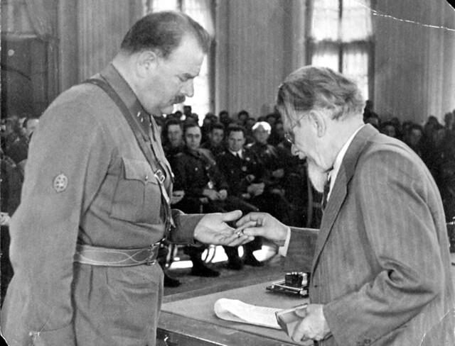33. М.И. Калинин награждает моего отчима  А.Я .Эгнаташвили