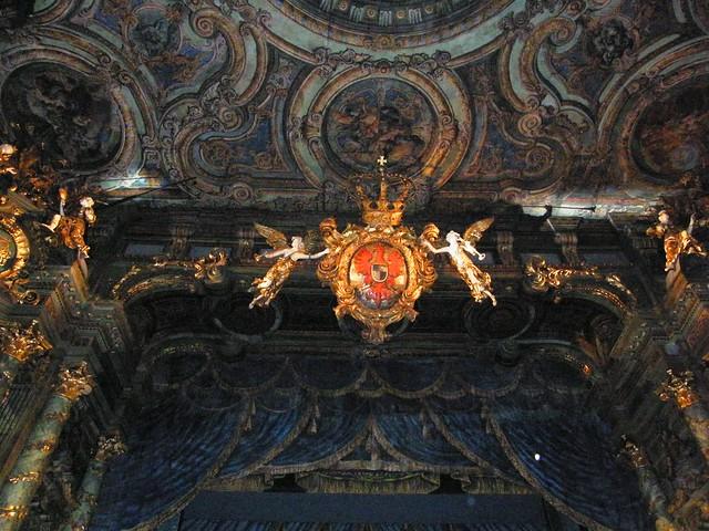 Wappen über der Bühne