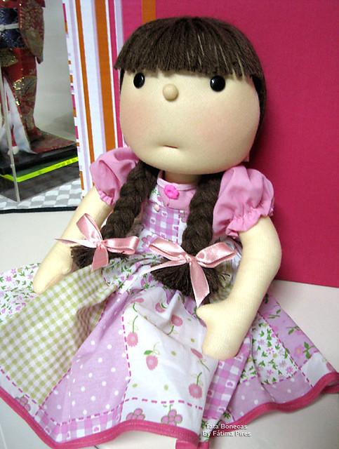 Boneca com vestidinho floridinho e trancinhas! : )