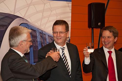 Herbert König, Dr. Hans-Jörg Grundmann und Florian Bieberbach stoßen im November 2010 an auf die Vertragsunterzeichnung