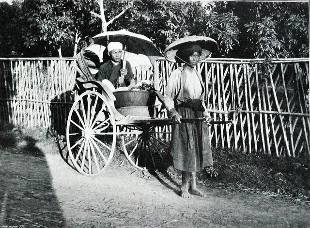 Femme du Tonkin véhiculant un indigène mal dans un pousse pousse