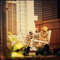 Halloween Skelette auf Hollywoodschaukel