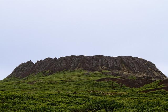 """El campo de lava de Eldborg (""""Fortaleza de Fuego"""", en islandés) , con su superficie de 33 km2, constituye el mayor de los seis pequeños flujos que cubren las tierras bajas de la región de Mýrar, formados por erupciones que tuvieron lugar hace más de 5000 años en cortas fisuras de dirección NW del sistema volcánico de Ljósufjöll. El cono de Eldborg es el mayor de cinco conos alineados en una fisura que tiene 1 km de longitud. Se trata de un cono de """"spatter"""" completo y sería difícil encontrar un ejemplo mejor de este tipo de edificios volcánicos."""