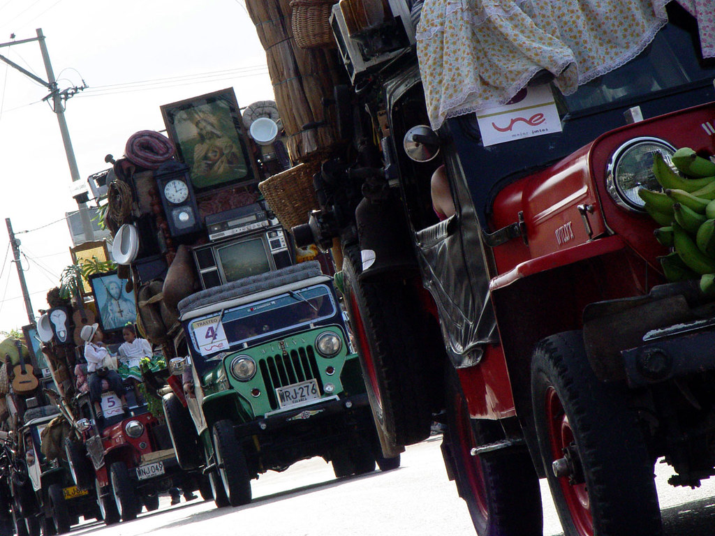 Imagen de Jeeps cargados de trasteos en el desfile