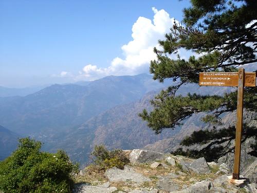 Au col de Caprunale, avec la vue vers Monte Estremu