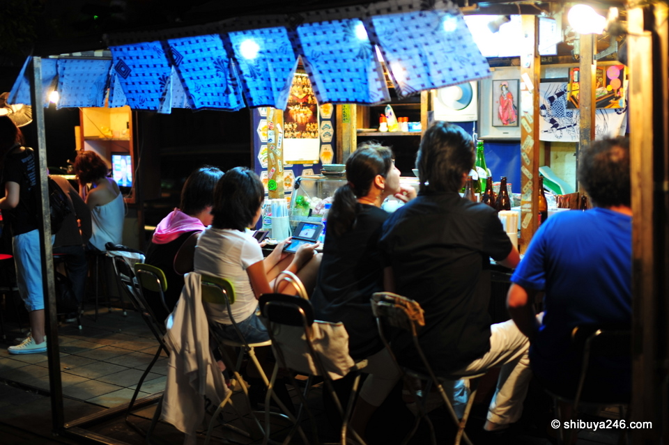Even at the local yatai, you need to get some Nintendo DS time in