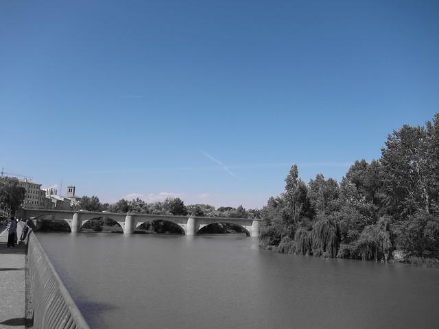 Puente de piedra sobre el rio ebro