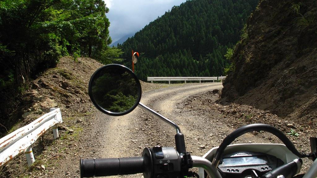 稜線を縫うダート道路