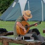 Dennis übt Gitarre