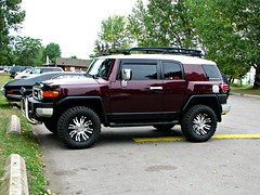 hummer h3(0.0), hummer h3t(0.0), automobile(1.0), automotive exterior(1.0), sport utility vehicle(1.0), wheel(1.0), vehicle(1.0), toyota fj cruiser(1.0), compact sport utility vehicle(1.0), bumper(1.0), land vehicle(1.0), luxury vehicle(1.0),