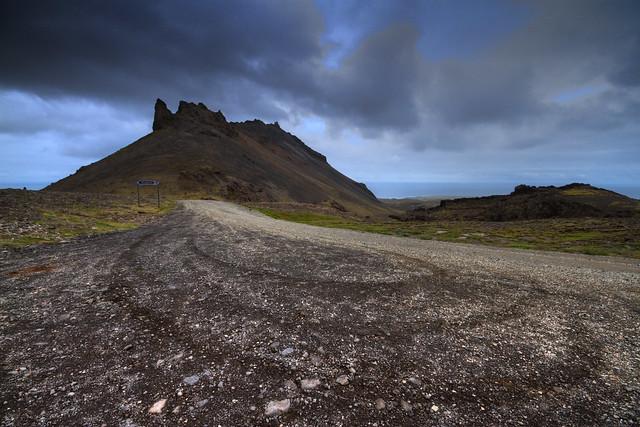 """El Snæfellsjökull (Glaciar de Snæfell) es un estratovolcán situado en el oeste de Islandia. Aunque su nombre sea Snæfell, suele llamarse normalmente """"Snæfellsjökull"""" para diferenciarlo del resto de montañas con dicho nombre[cita requerida]. Su situación geográfica se encuentra exactamente en la parte del extremo oeste de la península de Snæfellsnes. En ocasiones puede ser observado desde Reykjavík, sobre la bahía de Faxaflói, a una distancia aproximada de 120 kilómetros.  Esta montaña es uno de los parajes más famosos de toda Islandia, principalmente debido a la novela Viaje al centro de la Tierra (1864), escrita por el autor francés Julio Verne, en la que, los protagonistas, en Snæfellsjökull, encuentran la entrada a un pasaje que los conducirá al centro de la Tierra."""