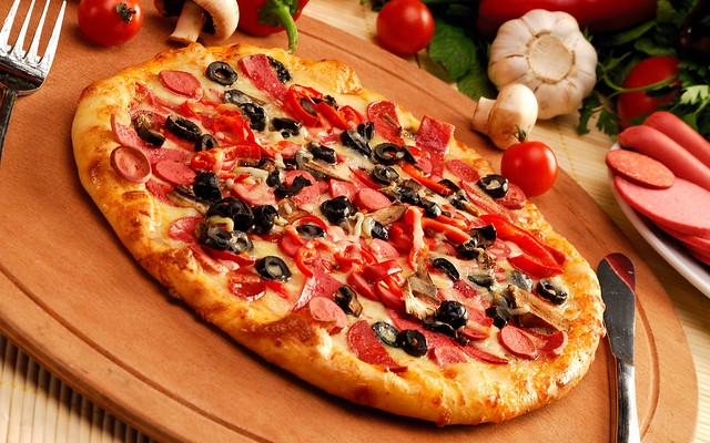 пицца с колбасой и оливками