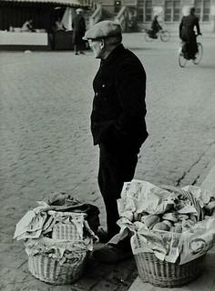 Venter met belegde broodjes / Street vendor selling sandwiches