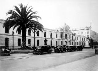 El Edificio del Ministerio de Guerra frente a la Moneda. 1925 Santiago de Chile