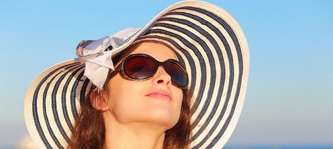 قبعة ونظارة