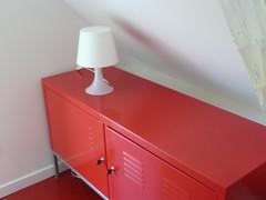 Lampe blanche sur rangement rouge