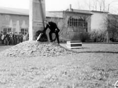 Bjarne Rosvold legger krans ved Eidsvollsmennenes bauta (1932)