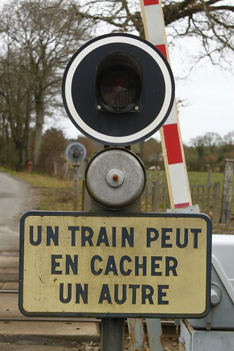 un train peut en cacher un autre