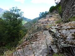 Trace cairnée de Tana di l'Orsu : l'une des vires au-dessus du Fangu