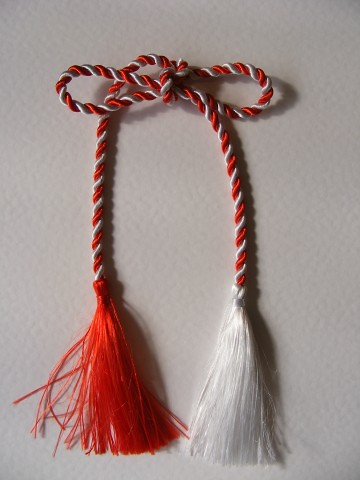 Red-and-White-Rope-Martisor_92975-360x480