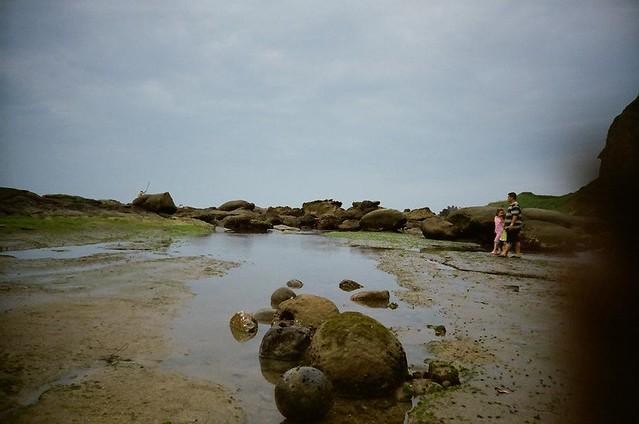 在潮间带散步的一家人